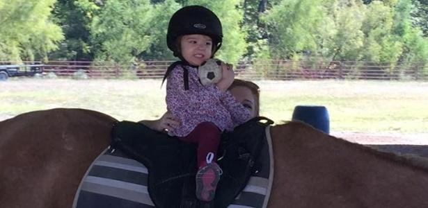 Garota que quase se afogou recupera movimentos com terapia experimental